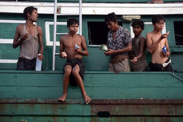 Arakanlı Müslümanlar günlerdir bir gemide aç ve susuz 1