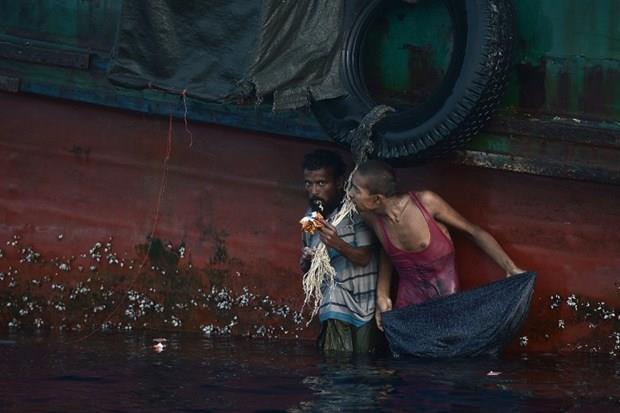 Arakanlı Müslümanlar günlerdir bir gemide aç ve susuz 13