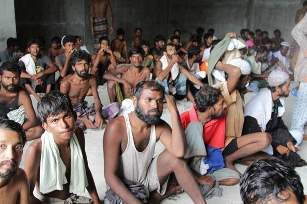 Arakanlı Müslümanlar günlerdir bir gemide aç ve susuz 14