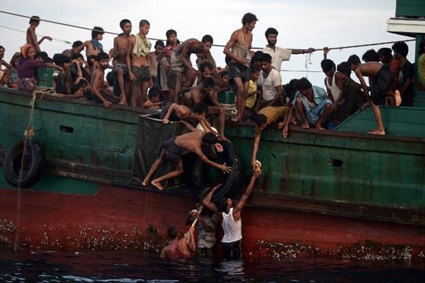 Arakanlı Müslümanlar günlerdir bir gemide aç ve susuz 15