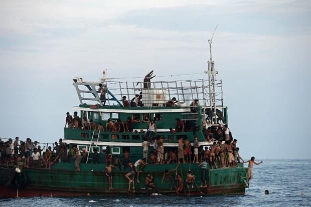 Arakanlı Müslümanlar günlerdir bir gemide aç ve susuz 2