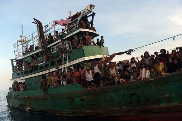 Arakanlı Müslümanlar günlerdir bir gemide aç ve susuz 21