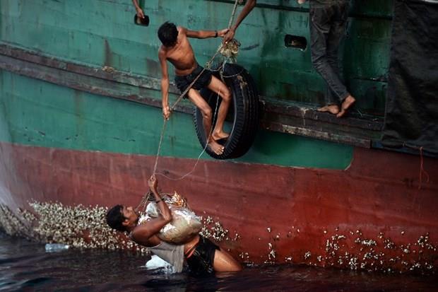 Arakanlı Müslümanlar günlerdir bir gemide aç ve susuz 26