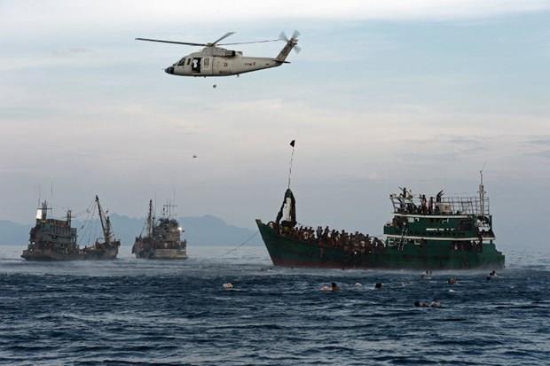 Arakanlı Müslümanlar günlerdir bir gemide aç ve susuz 8
