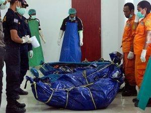 Düşen uçaktaki yolcuların cesetleri tahliye edildi