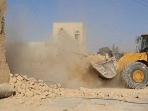 IŞİD 1600 yıllık manastırı buldozerlerle yıktı