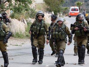 İsrail Askeri yaralı kızı yarım saat bekletti