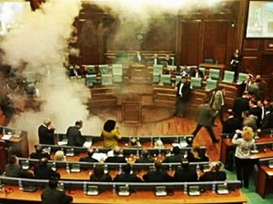 Kosova'da muhalefet milletvekilleri meclise biber gazı attı!