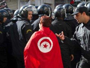 Tunus'ta bir seyyar satıcı daha kendisini yaktı