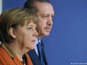"""""""Erdoğan'ın da, Merkel'in de derdi iç politika"""""""