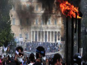 Yunanistan'ın başkenti Atina'da sokaklar karıştı