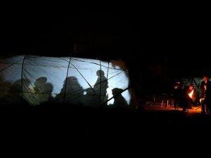 Adıyamanlı depremzedeler geceyi çadırlarda geçirdi