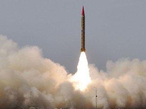 Pakistan, karadan denizdeki hedefe füze denemesi yaptı