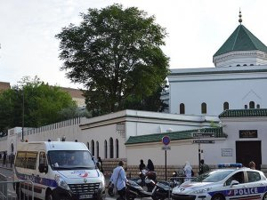 Paris'te bir cami tahliye edildi