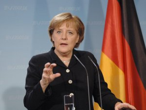 Merkel: Üyelik müzakereleri için Türkiye'deki referandumu beklemeliyiz