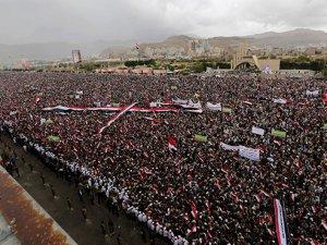 Binlerce Yemenli meydanlara indi