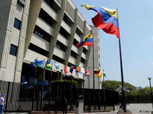 Venezuela'da parlamentonun yetkilerine el konuldu