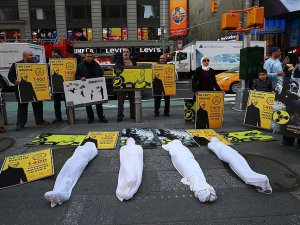 İdlib'deki kimyasal silah saldırısı Times Meydanı'nda protesto edildi