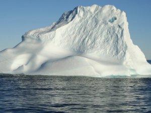 Titanik'in battığı sularda buz dağı istilası