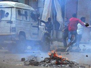 Keşmir'de kalabalığa ateş açıldı