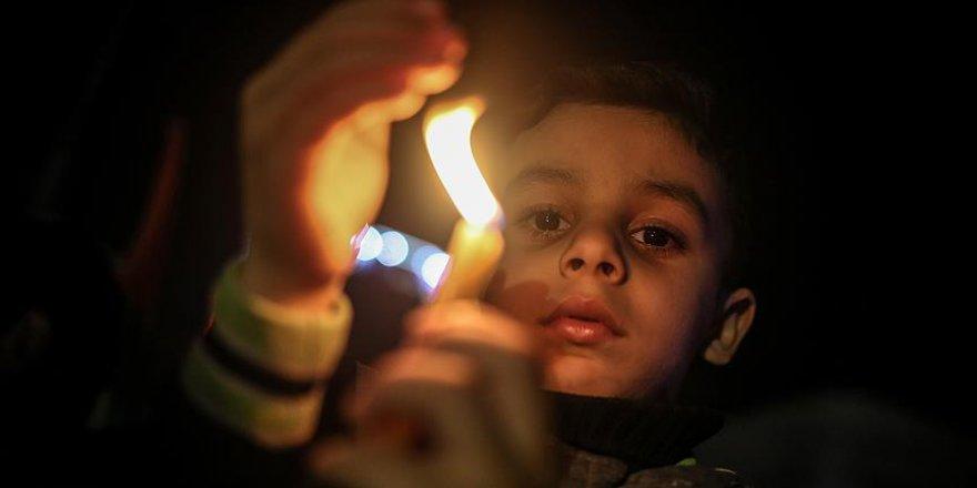 Gazze'de 'mumlu' protesto
