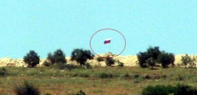 Türkiye'nin Suriye sınırına Rus bayrağı asıldı