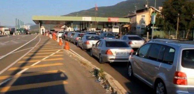 Binlerce Kosovalı Arnavutluk yolunu tuttu