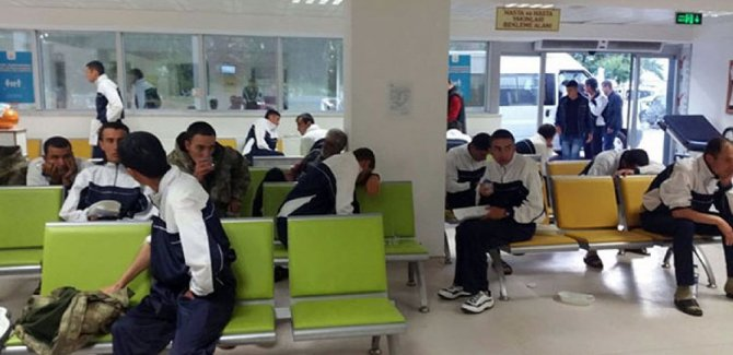 Manisa'daki kışlada, bugün de 300 asker hastaneye kaldırıldı