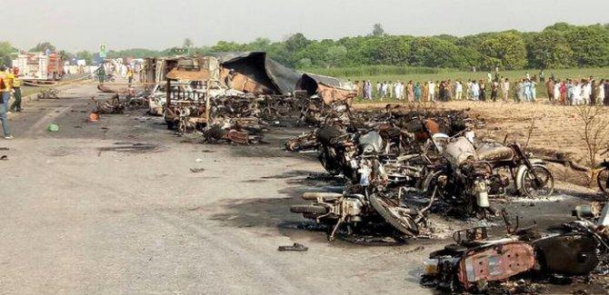 Pakistan'da petrol tankeri devrildi, en az 148 kişi öldü
