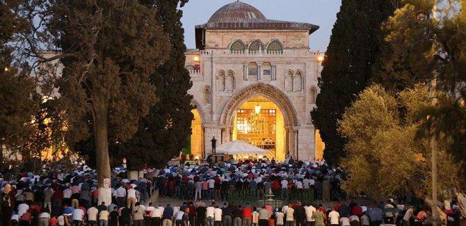 Binlerce kişi akşam ve yatsı namazını Aksa'da kıldı