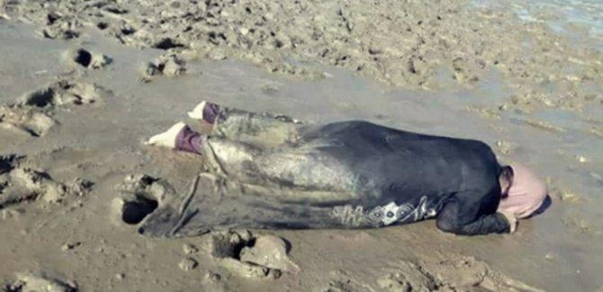 Arakanlı kadının kıyıya vuran cansız bedeni yürekleri sızlattı!
