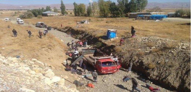Yüksekova'da kamyonet şarampole yuvarlandı: 66 yaralı