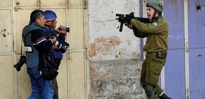 Yaralı Filistinli gençleri ambulanstan çıkarıp gözaltına aldı