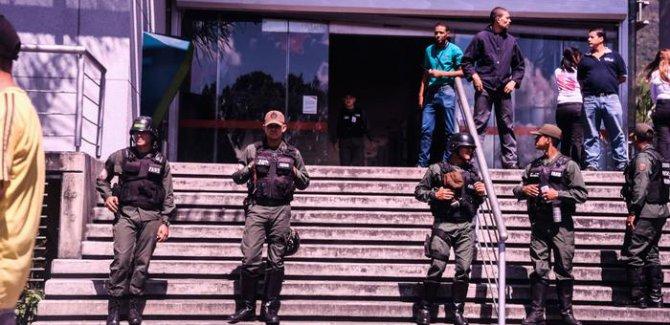 Dünya Venezuela'da yağma olayları başladı