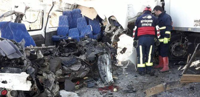 Van'da minibüs ile kamyon çarpıştı: 8 ölü, 2 yaralı