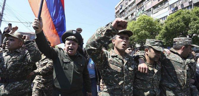 Ermenistan'da onlarca asker Sarkisyan karşıtı protestolara dahil oldu