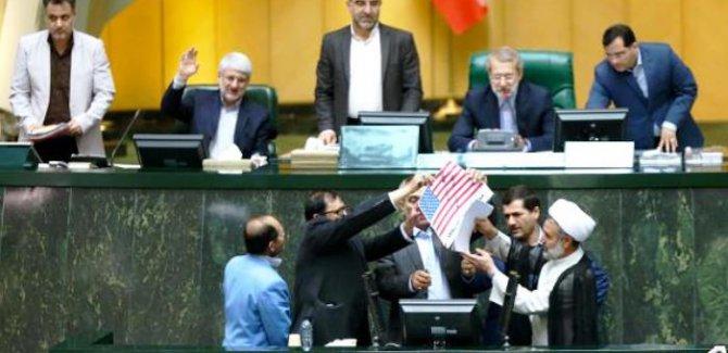 ''Amerika'ya ölüm'' sloganı eşliğinde ABD bayrağı yakıldı