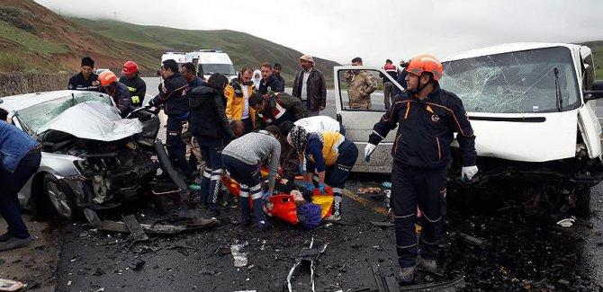 Erzurum'da minibüsle otomobil çarpıştı: 5 ölü