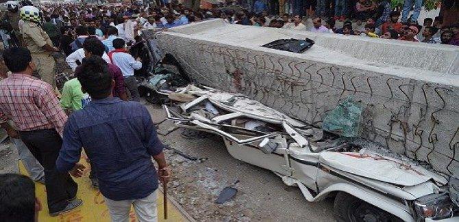 Hindistan'da üst geçit çöktü: 18 ölü