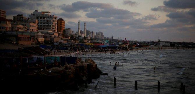 Siyonist İsrail Gazze Şeridi'nin deniz sınırına set çekmeye başladı