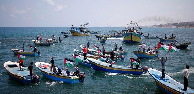 Filistinli aktivistler ablukaya karşı Gazze'den denize açıldı