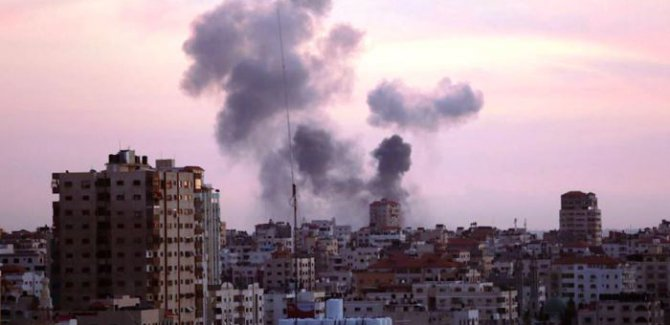 Terör Devleti Gazze'ye 30 Füze Attı