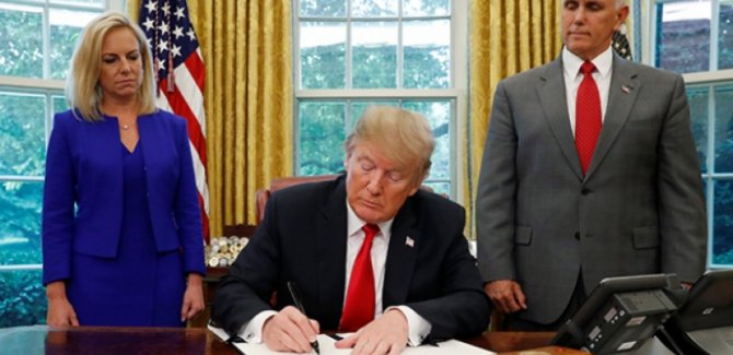 Trump, göçmen aileleri bir arada tutacak imzayı attı