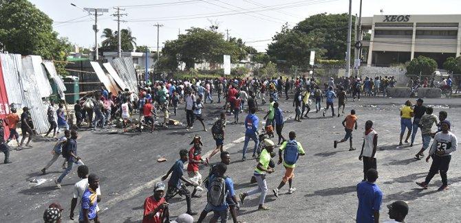 Kızgın Haitililer dükkanları yağmaladı