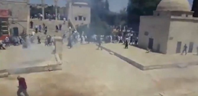 Siyonistler Cuma Vakti Aksa'ya Saldırdı