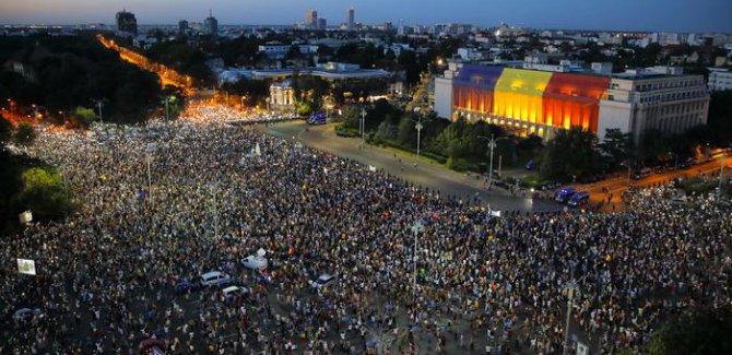 Romanya'da halk sokakta kalmakta kararlı