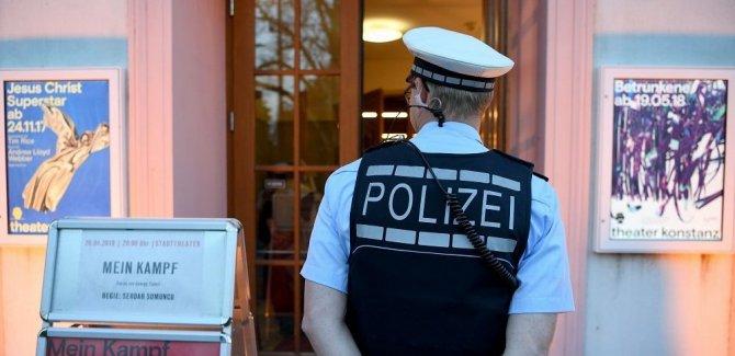 Almanya'da Nazi selamı veren iki polis açığa alındı