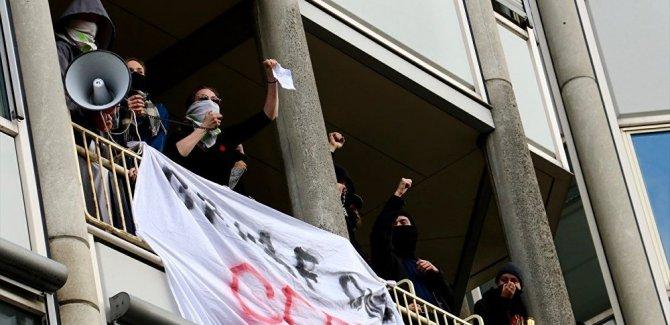 Öğrenciler bir üniversiteyi işgal etti: 'Mücadele et, eğitim haktır'