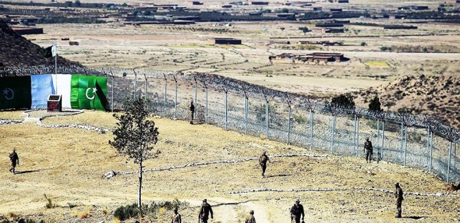 Afganistan ile Pakistan sınırda çatıştı