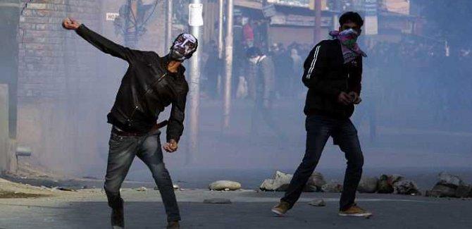 Keşmir'de Sokaklar Direnişte